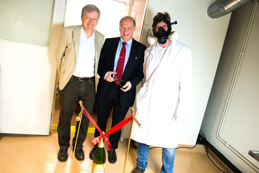 Birger Schmitz, Vice-Chancellor Per Eriksson and Fredrik Terfelt ready to open the lab.