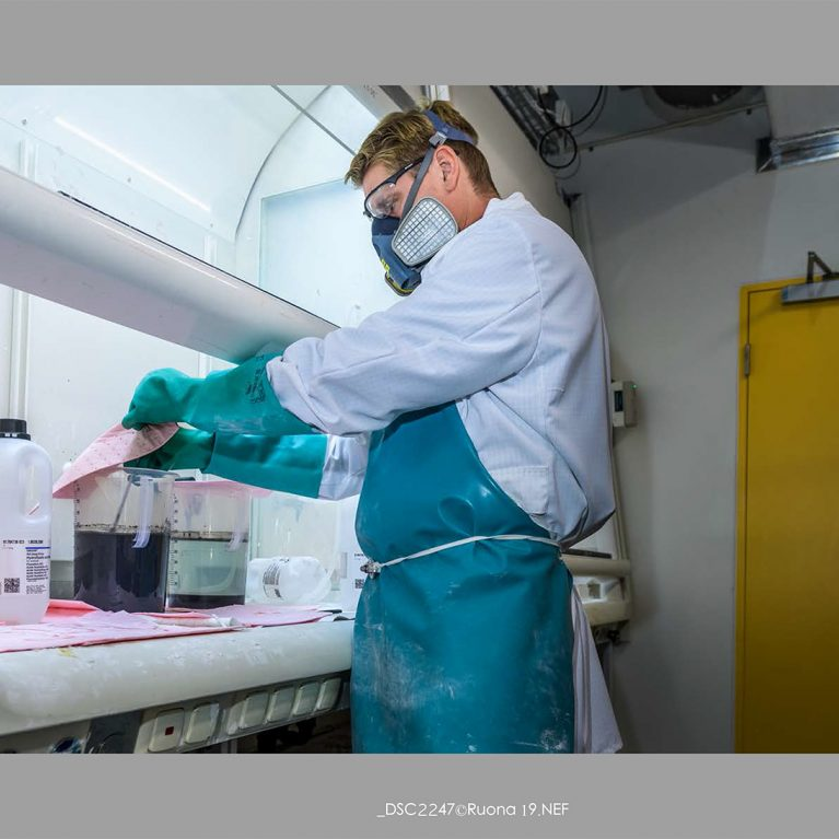 In our state-of-the-art hydrofluoric acid laboratory, silicates are removed by means of HF acid dissolution.